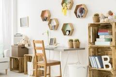 Che cosa farà la stanza ritenere più accogliente? Mobilia di legno! fotografia stock libera da diritti