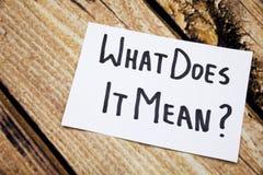 Che cosa significa le parole scritte a mano su Libro Bianco sopra la corteccia di legno come fondo Retro fondo di legno della cor Fotografia Stock
