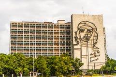 Che Guevara-` s Bild wird auf dem Ministerium des Inneren das Gebäude in Havana Cuba umrissen Stockbilder