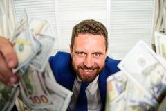 Che k uit mijn winst deze maand Verdien geld gemakkelijke bedrijfsuiteinden Mensen vrolijke gelukkige zakenman met de bankbiljett stock fotografie
