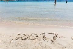 2017 che scrive sulla sabbia, segno del nuovo anno Fotografia Stock Libera da Diritti