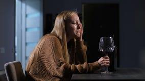 Cheated schreiende Frau, die zu Hause in der Einsamkeit sitzt stock footage