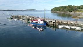 Chebeague ö, Maine - 20181006 - flyg- surr - ekan drar in Front Of Ferry At Dock lager videofilmer