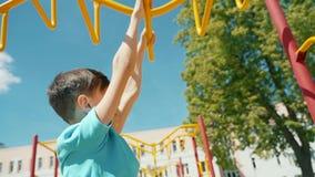 Cheboksary, Chuvash republika, Maj 25, 2019: Spółdzielnia bawi się gry dla dzieci i rodziców Pokonywanie przeszkody dalej zbiory
