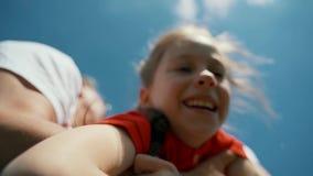 Cheboksary, Chuvash republika, Maj 25, 2019: Spółdzielnia bawi się gry dla dzieci i rodziców Szczęśliwi rodzice rzucają a zbiory