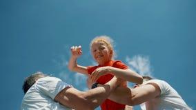 Cheboksary, Chuvash republika, Maj 25, 2019: Spółdzielnia bawi się gry dla dzieci i rodziców Szczęśliwi rodzice rzucają a zdjęcie wideo