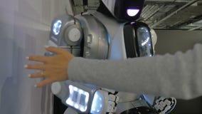 Cheboksary, Rússia - 26 de setembro de 2017: Cidade dos robôs O homem e o robô dão uns cinco, um cumprimento
