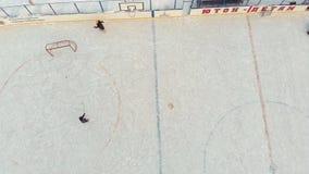 Cheboksary Rosja, Styczeń, - 5, 2019: dziecko łyżwa i sztuka hokej przy lodowiskiem pojęcie sporty rekreacyjni zbiory