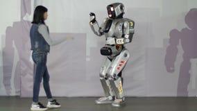 Cheboksary Rosja, Wrzesień, - 26, 2017: Miasto roboty Młoda dziewczyna wita robot sztuczna inteligencja zdjęcie wideo