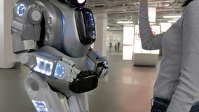 Cheboksary Rosja, Wrzesień, - 26, 2017: Miasto roboty Uścisk dłoni mężczyzna z robotem zbiory wideo