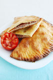 Cheburek frit avec la tomate images stock