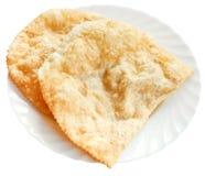 Cheburek-Torte auf der weißen Platte lokalisiert Stockbilder