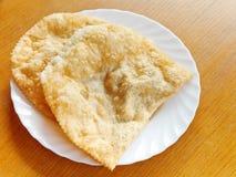 Cheburek-Torte auf weißer Platte Stockfoto