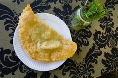 Cheburek z mięsem na bielu talerzu - tradycyjna Asia kuchnia Zdjęcia Royalty Free