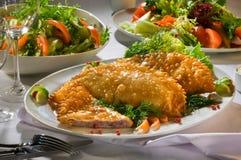 Chebureks, pâtés en croûte avec du boeuf d'un plat blanc avec des couverts photos stock