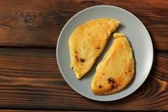 Chebureks på en träbakgrund Mat arkivfoto