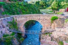 Checacupe, Cusco, Перу: Колониальный мост Checacupe и мост Inca построенный соломы - Queshua Chaca стоковое фото rf