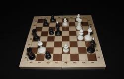 Checheredraad met witte schaakstukken als vaardigheidsachtergrond stock afbeeldingen