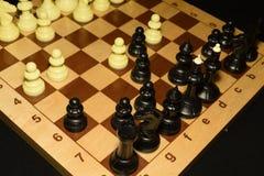 Checheredraad met zwarte schaakstukken voor sportachtergrond stock afbeelding
