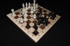 Checheredraad onder zwarte schaakstukken voor vrije tijdsthema royalty-vrije stock foto's