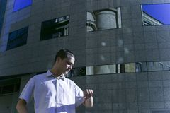 cheching χρόνος επιχειρηματιών Στοκ φωτογραφία με δικαίωμα ελεύθερης χρήσης