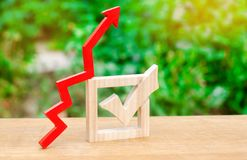 Checkbox i up strzała Pojęcie wzrastająca frekwencja wyborcza Forum, referendum Stanu wybory Wzrostowy zatwierdzenie obrazy stock