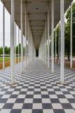Checkerboard αρχιτεκτονικής στήλες Floar που οδηγούν την παραίσθηση προοπτικής γραμμών στοκ εικόνες με δικαίωμα ελεύθερης χρήσης