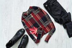 Checkered верхняя часть с рукавами, джинсами и черными ботинками изолированный клен листьев модная концепция Стоковое Изображение RF