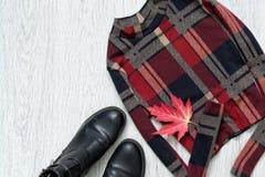 Checkered верхняя часть с рукавами и черными ботинками изолированный клен листьев Способ Стоковые Фотографии RF