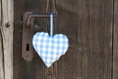Checkered голубая смертная казнь через повешение формы сердца на ручке двери для wedding, b Стоковая Фотография RF