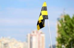 Checkered флаг и голубое небо на предпосылке Стоковая Фотография RF