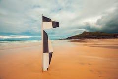 Checkered флаг на пляже Стоковое Изображение