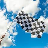 Checkered флаг развевая в ветре - близкая поднимающая вверх съемка outdoors Стоковые Изображения