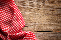 Checkered скатерть на древесине Стоковая Фотография