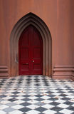 Checkered Fußboden der Kirchetür Stockfoto