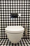 Checkered Muster in der Toilette lizenzfreie stockbilder