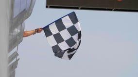Checkered Rennenmarkierungsfahne stock video footage