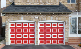 Checkered rote doppelte Garage Lizenzfreie Stockfotografie