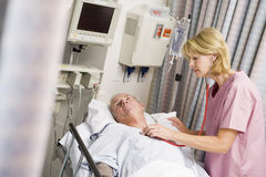 checking doctor heartbeat patient s στοκ φωτογραφίες με δικαίωμα ελεύθερης χρήσης
