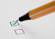 Checkmarkierung und -feder Lizenzfreies Stockfoto