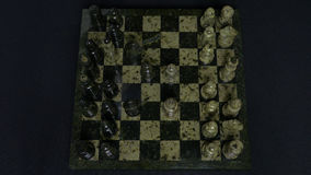 checkmate Le début d'un jeu d'échecs, les figures sont alignés et Person Makes The First Move Main déplaçant des échecs de cheval Image libre de droits