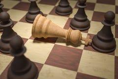 Checkmate na xadrez O rei branco é cercado por penhores pretos 3D rendeu a ilustração ilustração stock