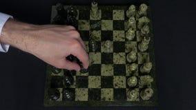 checkmate O começo de um jogo de xadrez, as figuras é alinhado e Person Makes The First Move Mão que move uma xadrez do cavaleiro video estoque