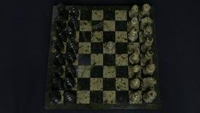 checkmate O começo de um jogo de xadrez, as figuras é alinhado e Person Makes The First Move Mão que move uma xadrez do cavaleiro Imagem de Stock