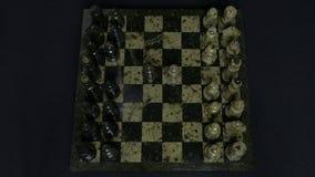 checkmate O começo de um jogo de xadrez, as figuras é alinhado e Person Makes The First Move Mão que move uma xadrez do cavaleiro Fotos de Stock Royalty Free