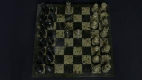 checkmate O começo de um jogo de xadrez, as figuras é alinhado e Person Makes The First Move Mão que move uma xadrez do cavaleiro Fotografia de Stock