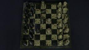 checkmate O começo de um jogo de xadrez, as figuras é alinhado e Person Makes The First Move Mão que move uma xadrez do cavaleiro Imagens de Stock