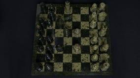 checkmate O começo de um jogo de xadrez, as figuras é alinhado e Person Makes The First Move Mão que move uma xadrez do cavaleiro Fotografia de Stock Royalty Free