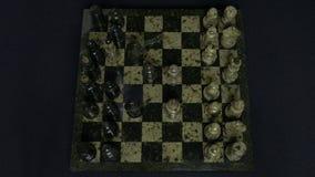 checkmate O começo de um jogo de xadrez, as figuras é alinhado e Person Makes The First Move Mão que move uma xadrez do cavaleiro Imagem de Stock Royalty Free