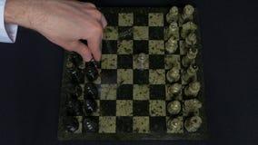 checkmate Początek Szachowa gra postacie Wykłada Up I osoba Robi Pierwszy ruchowi Ręka rusza się rycerza szachy Obraz Stock